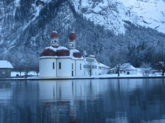 Schoenau am Koenigssee, เยอรมนี: St, Bartholomew's In the middle of Lake Koenigsee