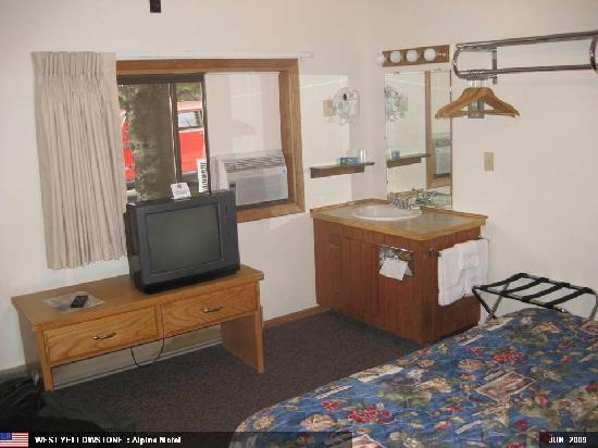 Alpine Motel: TV & Wash Area
