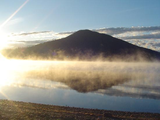 Bowron Lake Lodge and Resorts: Sunrise