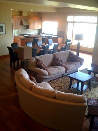 Columbia Cliff Villas Hotel: View of living room and dining area.