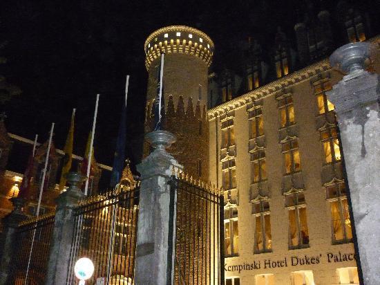 Hotel Dukes' Palace Bruges: Elegant entrance