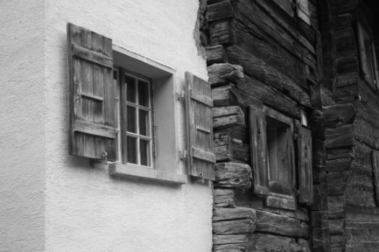 Holz und Stein. (Zinal, 2008)