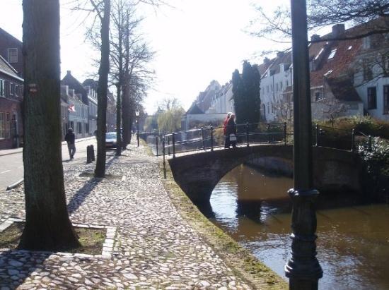 อาเมอรส์ฟูร์ต, เนเธอร์แลนด์: ... holding each other's hands