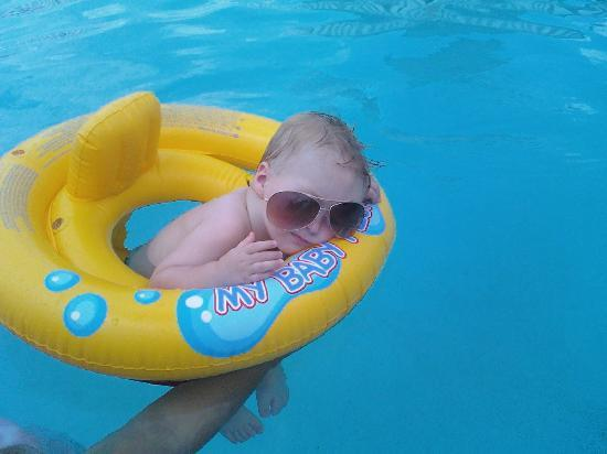 Kingsland Inn & Suites: Grandson at Hotel pool