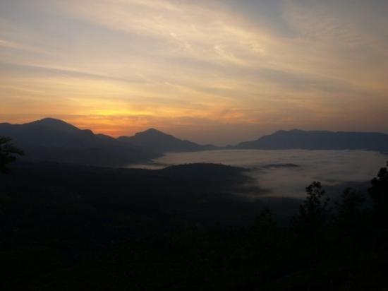 มุนนาร์, อินเดีย: Munnar at sunrise