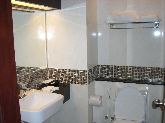 August Suites: Bathroom
