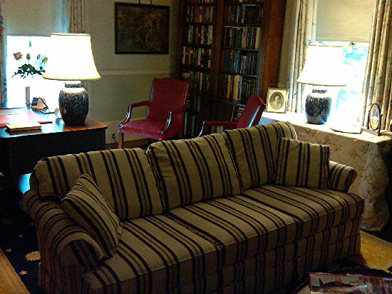 Spencer On Main : Sofa in the large sitting room
