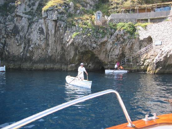 Blue Grotto: 青の洞窟の入り口