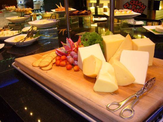 G Hotel Gurney: チーズもあります