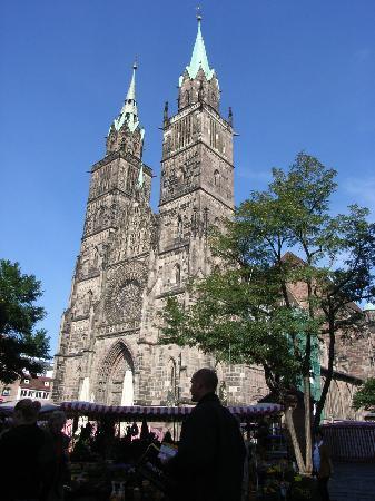 St. Lorenz Kirche: 内部ステンドグラスも見ごたえあり