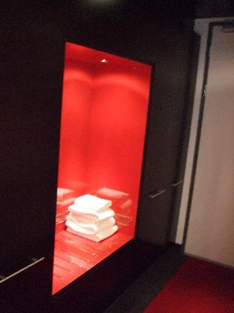 WestCord Fashion Hotel Amsterdam: Wardrobe has a place for suitcases