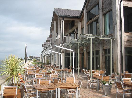 Deganwy, UK: Hotel exterior for al fresco dining