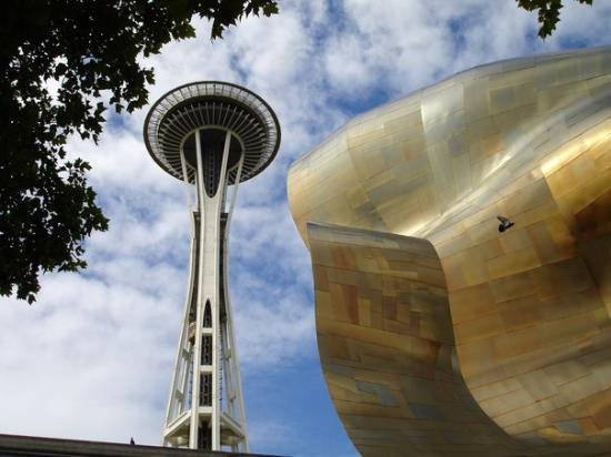 ซีแอตเทิล, วอชิงตัน: the space needle and the outside of the crazy looking music/science fiction museum which i begru