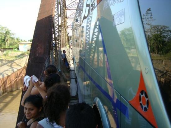 Sixaola, คอสตาริกา: Un bus qui passe en meme temps que les gens sur le pont de la frontiere