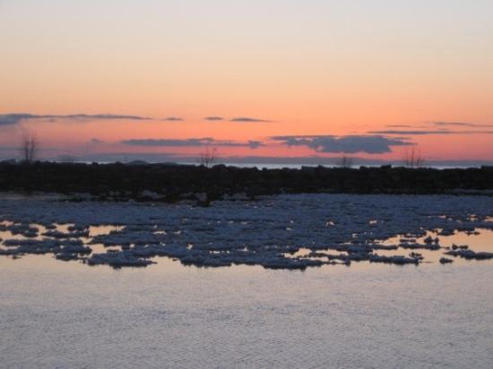 นิวบัฟฟาโล, มิชิแกน: ICE MOUNTAINS on Lake Michigan. The dark area in the background is mountains of ice that has gat