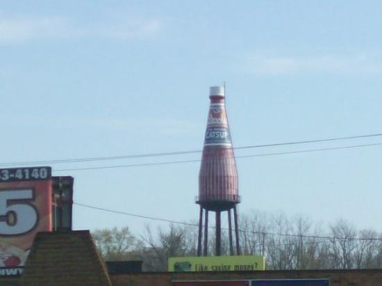 คอลลินสวิลล์, อิลลินอยส์: Was a water tower that the town converted into a ketchup bottle for Brooke Catsup that was locat