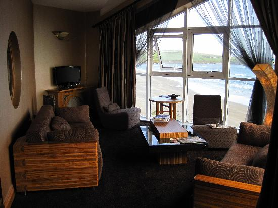 Inchydoney Island Lodge & Spa: Lounge area with great view of beach