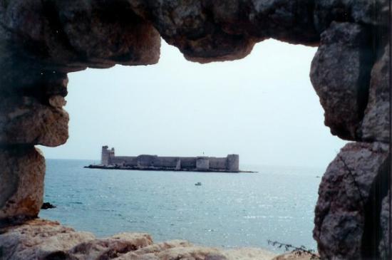 อาดานา, ตุรกี: Castle seen through ruin, Turkey