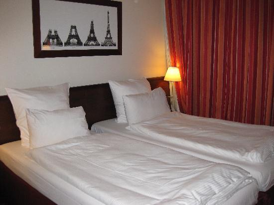 โรงแรมคองคอร์ด มงปาร์นาสส์: 部屋。ベッドは普通のシングル×2
