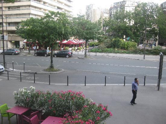 โรงแรมคองคอร์ด มงปาร์นาสส์: 窓からの景色?部屋は歩行者通路の直ぐうえで左がバーの出口のテーブル