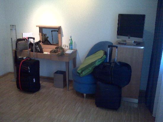 Hotel Santo: Habitación De Luxe mesa y sillón