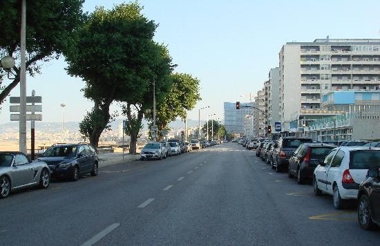 Hotel Costa de Prata 2: Avenue qui longe la plage devant l'hotel
