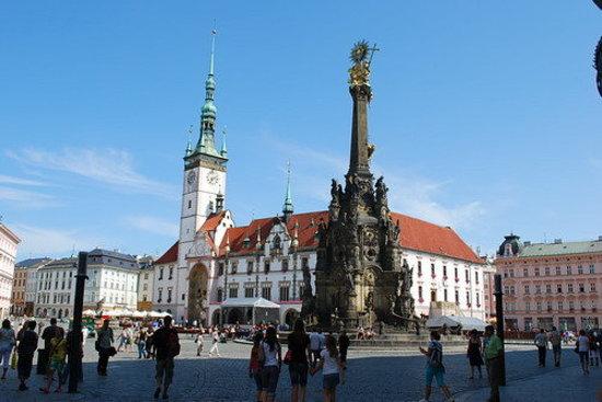Holy Trinity Column: Stadhuis van Olomouc met de Zuil der Drievuldigheid.