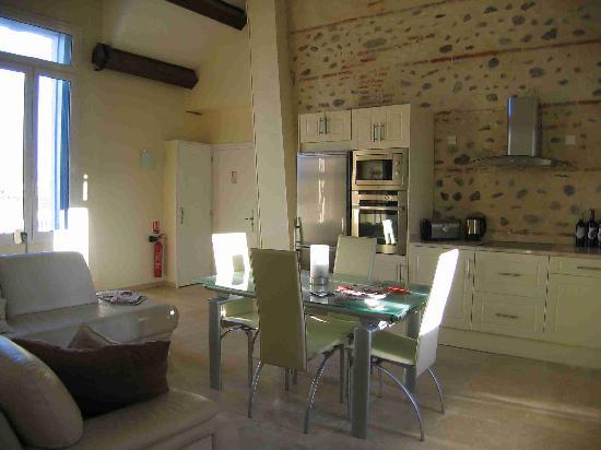Chateau La Tour Apollinaire: Dining / kitchen area