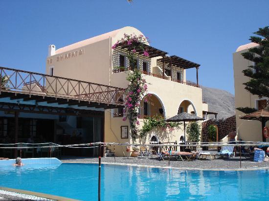 Smaragdi Hotel: patio above the bar