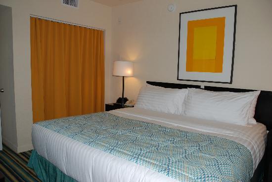 Hotel Erwin: ベットルーム。クローゼットはカーテンで目隠。