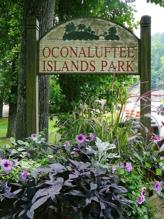 Cherokee, Carolina del Norte: Oconaluftee Islands Park sign