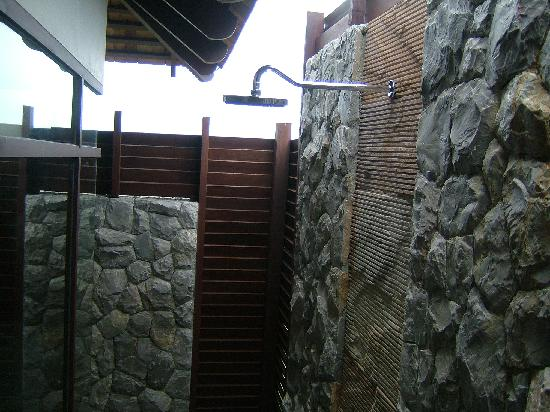 Bhundhari Spa Resort & Villas Samui: The rain shower in the Villa