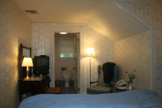 Thorncroft Inn: View of bed to bath