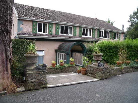 Cwmwennol Country House: The front