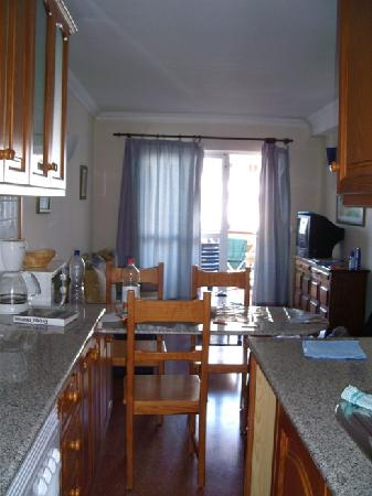 Las Gondolas Apartments : Vue sur le salon (pris depuis la cuisine)