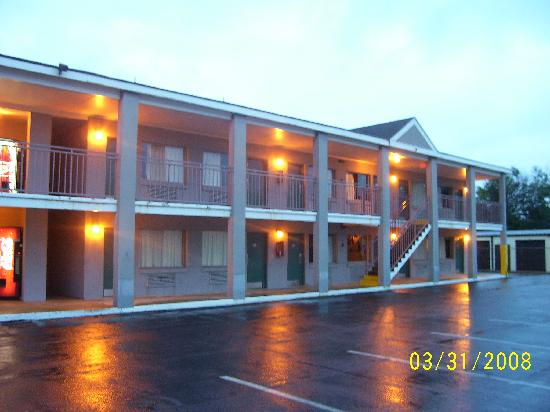 Howard Johnson Inn Virginia Beach: The outside of the Hotel