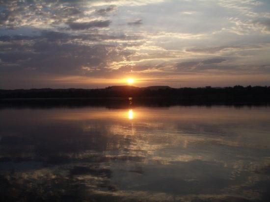 Luxor, Egipto: Salida del sol sobre el Nilo
