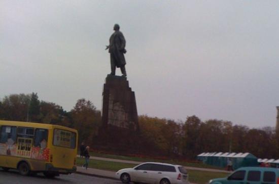 คาร์คิฟ, ยูเครน: En toda ciudad ex-sovietica que se precie, hay una estatua de Lenin...