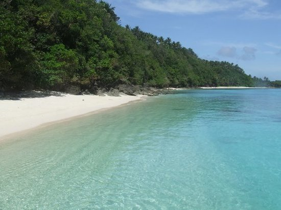 Тагайтай, Филиппины: The white sand beach and crystal clear waters of one of the seven San Vincente Islands