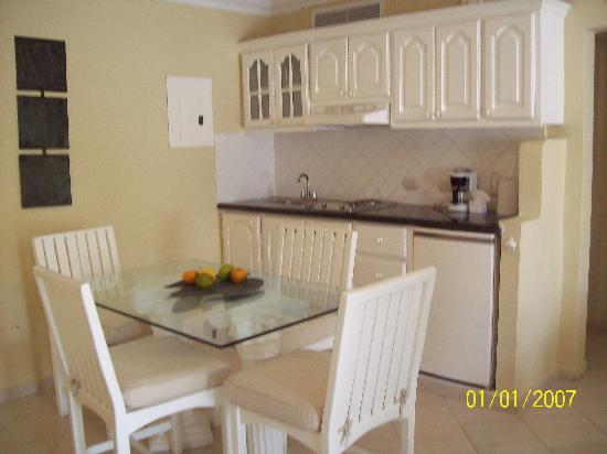 The Residence Suites at Lifestyle Holidays Vacation Resort : Kitchen