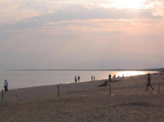 บูจุมบูรา, บุรุนดี: Looking at the Congo (DROC) from shore of lake Tanganyka - Bujumbura, Burundi (August 2005)