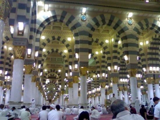 Medina, Saoedi-Arabië: Inside view of the magnificent masjid-e-nabwi. Feel the heartbeat youself