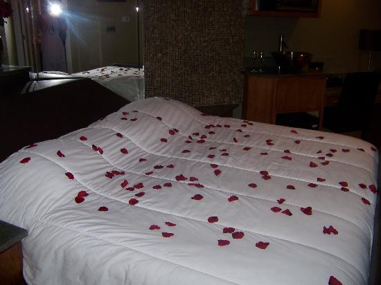 Champagne Lodge and Luxury Suites: Roses on the bed
