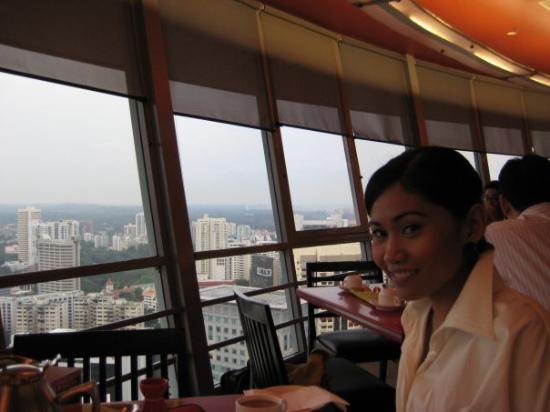 โรงแรมแมนดาริน ออร์ชาร์ด: having breakfast at meritus mandarin's observation lounge