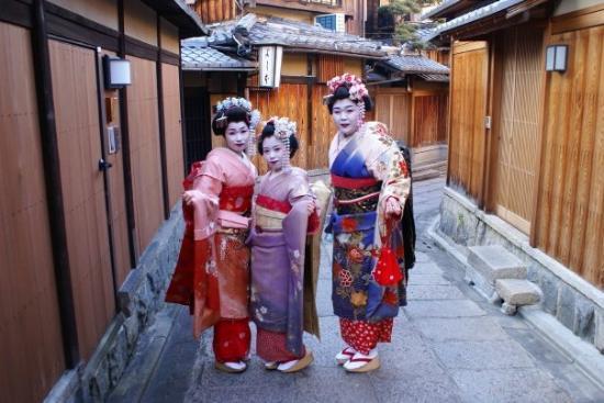 กิอง: Maikos posando en Gion, Kyoto