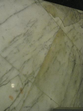 เลอเมอริเดียน กัวลาลัมเปอร์: Stains on bathroom floor