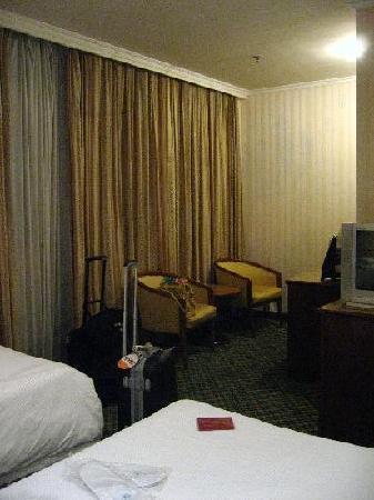 Yinbo Hotel: L字型の部屋でした。