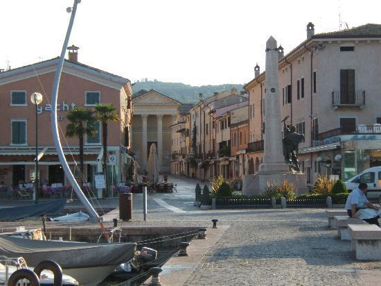 Hotel Idania: Bardolino port