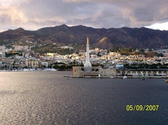 Messina, Italy: Il porto e la Madonna della Lettera (uno dei simboli della città)