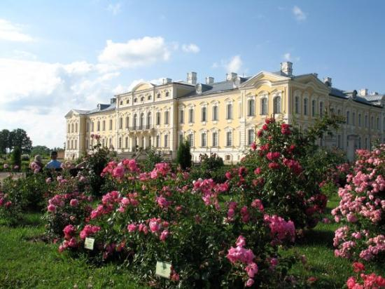 From Riga we took a day trip to Bauska. There is this great castle with a huge rose garden.
